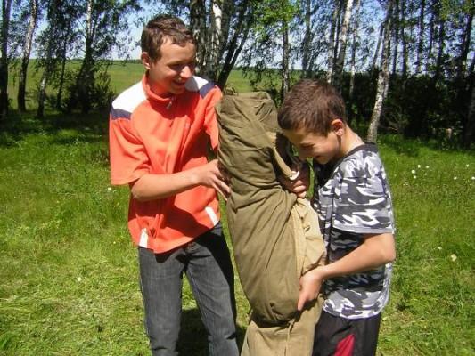 Два друга собирают палатку