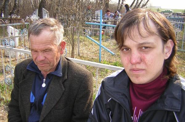 Два человека на кладбище