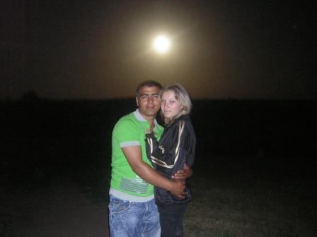 Парень с девушкой под луной