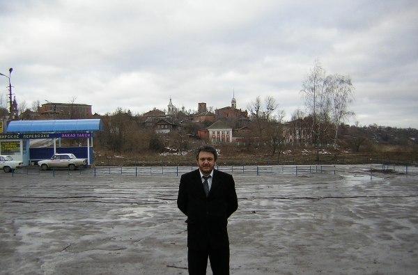 Черный костюм и строгий мужчина