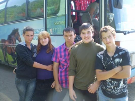 Друзья остановились у автобуса