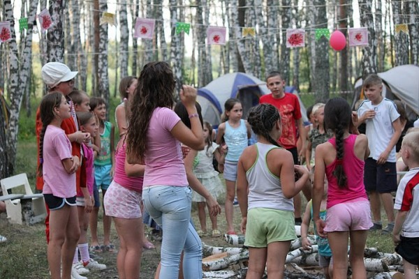 """Девушки танцуют в лагере """"Вефиль"""""""
