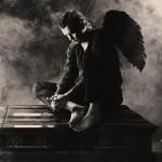 Дьявол с крыльями сидит на гробу