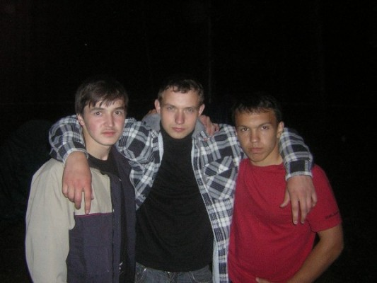 Три друга стоят бок о бок