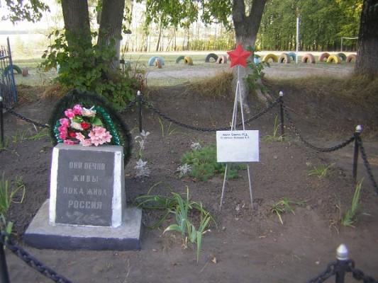 Братская могила в с. Троицкое Орловского района