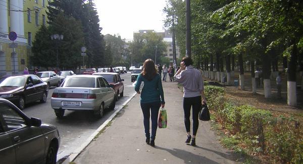 Две девушки со спины