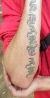 Тату надпись брат на руках