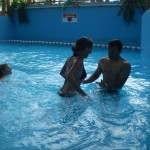 Девушки и парень в аквапарке