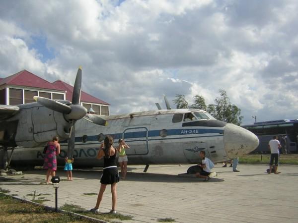 Самолет справа.