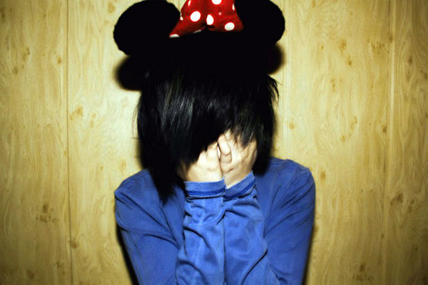 Девушка с закрытым лицом.