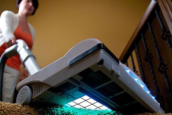 Пылесос CleanWave® Sanitizing Bagless Vacuum не только всасывает пыль, но и обрабатывает поверхности ультрафиолетом.