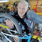 Бейкер, 75-летний канадский пенсионер, велосипедный Санта.