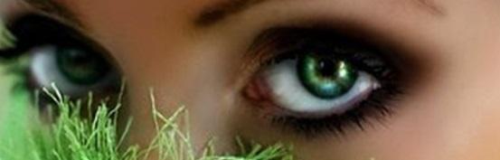 Серо-зеленые глаза.