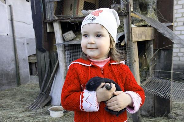 Девочка с кроликом.