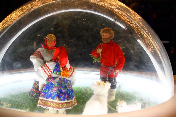 Сценка под стеклянным шаром на Красной площади. Зима 2015.