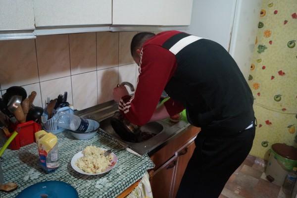 Моет посуду от нагара