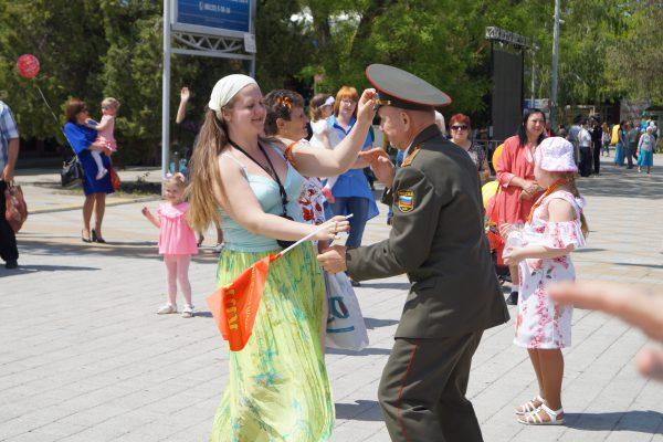 Ветеран танцует с внучкой